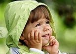 ребенок в зеленом капюшоне
