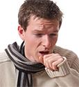 мужчина кашляет