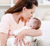 мама проверяет температуру у малыша