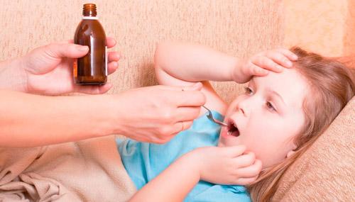 ребенок пьет жаропонижающую суспензию