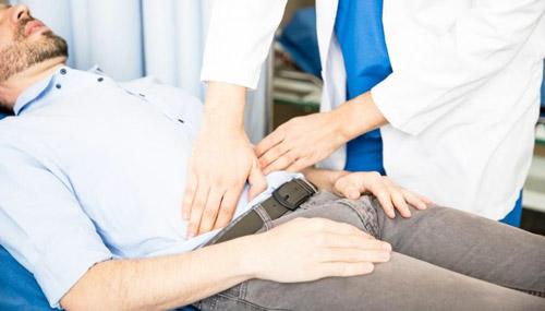 хирург осматривает пациента