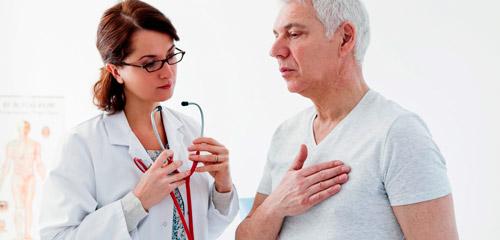 врач проводит обследование больного