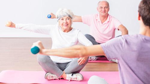 пожилые люди занимаются гимнастикой