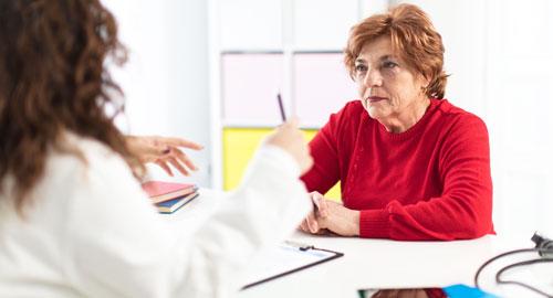 врач проводит тест на деменцию