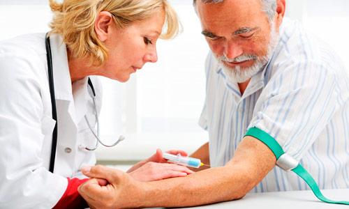 врач берет анализ крови у мужчины