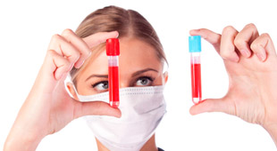 врач с пробирками крови