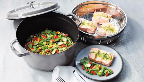 овощи и рыба, приготовленные на пару