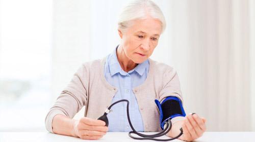 женщина замеряет артериальное давление