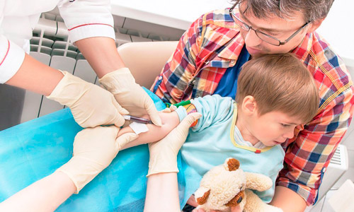 врач берет кровь анализ у мальчика