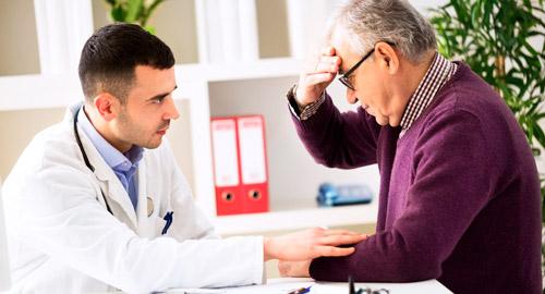 врач проводит осмотр пациента