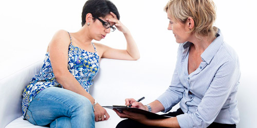 женщина на приеме у психолога