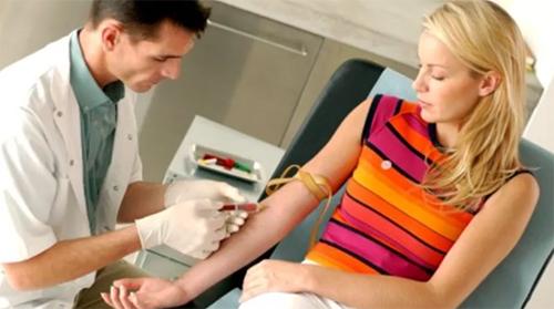 врач берет кровь из вены