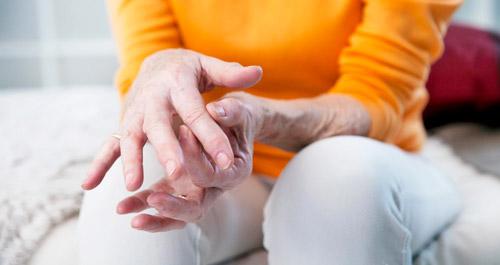 скованность суставов рук