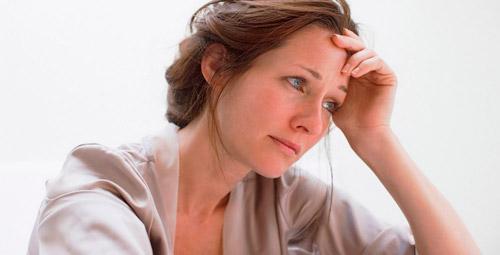 грустная женщина плачет