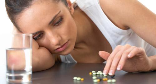 грустная девушка с таблетками