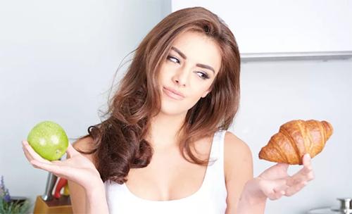 девушка выбирает между плохим и полезным холестерином