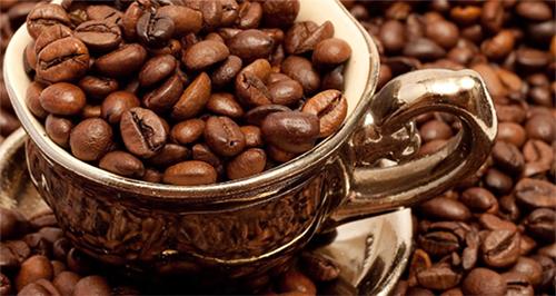 зерна кофе в чашке