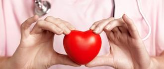 врач держит в руках сердце - клипарт