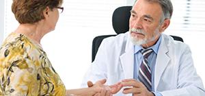 женщина с артритом на приеме у врача