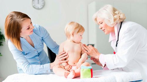 врач осматривает кожу ребенка