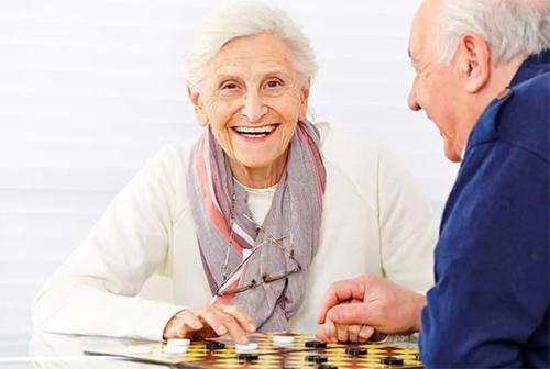 бабушка играет в шахматы - развивает мозг