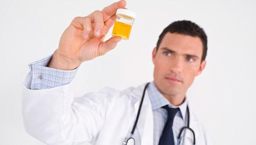 врач с анализом мочи
