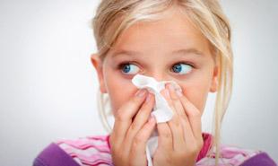 ребенок с носовым платком