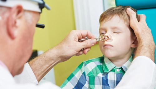 осмотр носа у детей