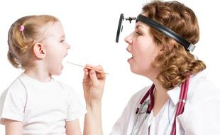 врач осматривает горло ребенка