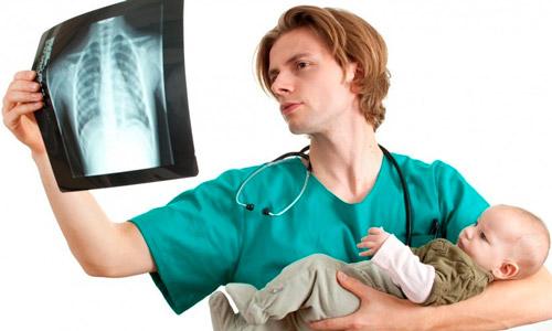 педиатр с рентгеном грудничка
