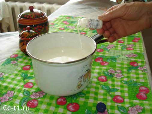 наливаем закваску Эвиталия в кастрюлю с молоком