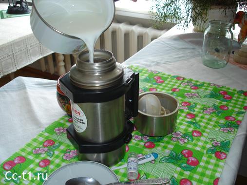 наливаем молоко с закваской Эвиталия в термос