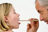 у ребенка проверяют горло