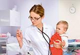 педиатр проверяет температуру у ребенка