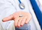 таблетка на ладони врача